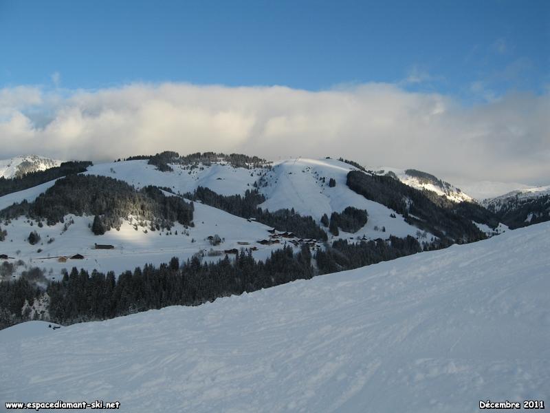 En face, le massif du Mont Rond et le versant de la Boulangère