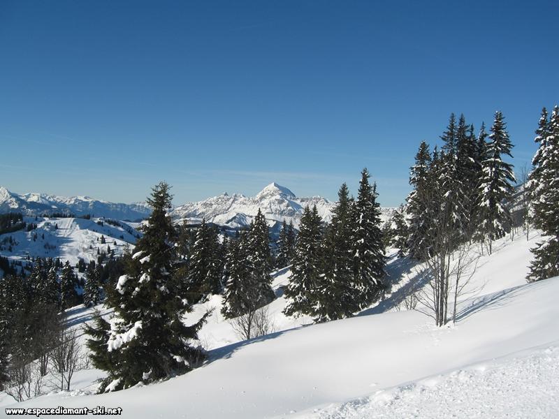 Vue à droite sur le Mont Charvin et les Trois Sorcières