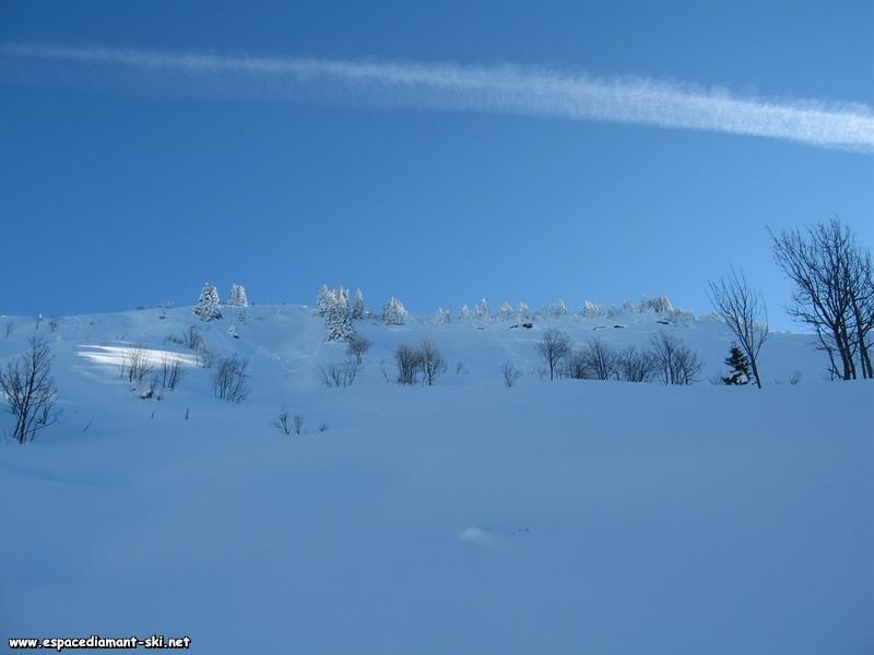 A gauche, les pentes du Crêt du Vorès, offrant de belles descentes hors pistes