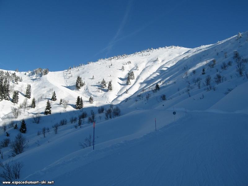 Regard en arrière : neige fraîche et ciel bleu sont au rendez-vous