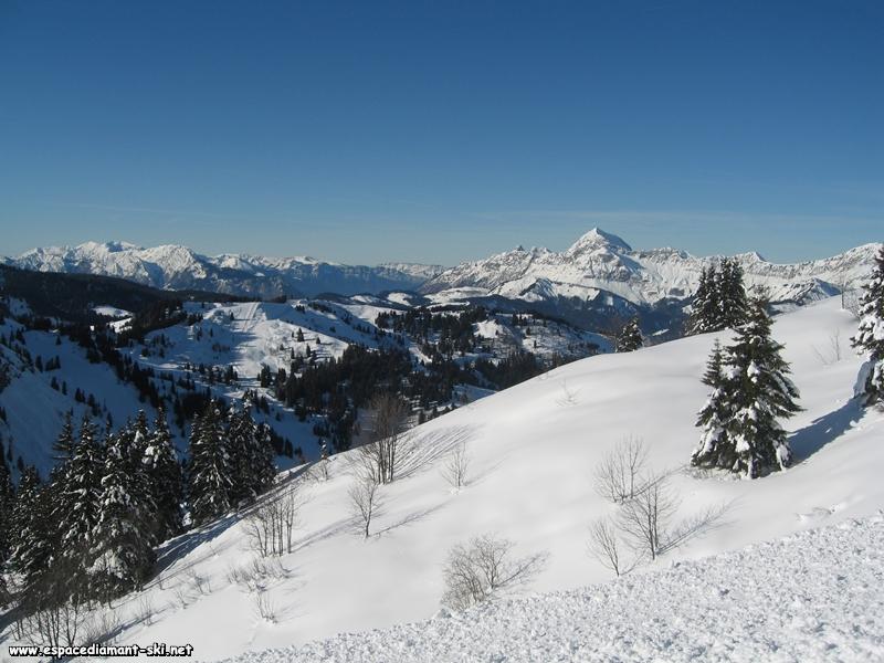 Au centre de l'image, le Mt Rond, dominé à droite par le Mt Charvin et à gauche par le Massif des Bauges