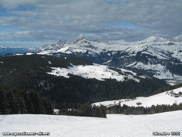 En face, le Mont Charvin et les Trois Sorcières sur sa gauche