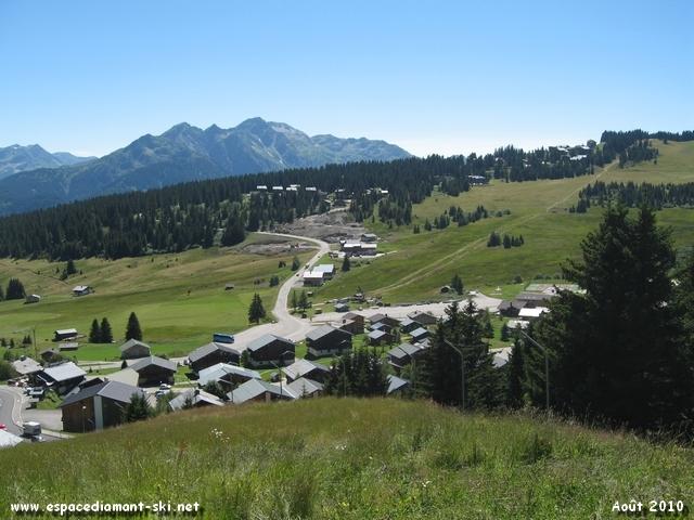 Vue sur le bas de la station avec le Mont Mirantin en toile de fond