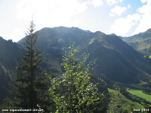 Les pentes de Piapolay à droite avec le massif du Mirantin en arrière plan