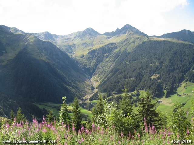 A gauche, vue sur le massif du Mirantin