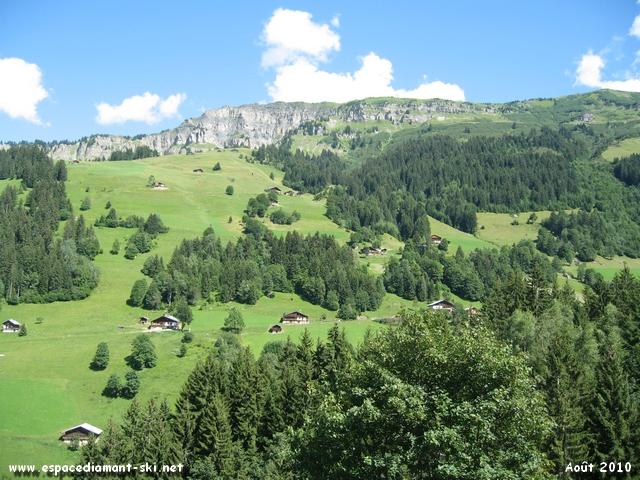 A droite, la Roche Parstire culminant à 2108 mètres d'altitude, derrière laquelle s'étend le Lac de Roselend