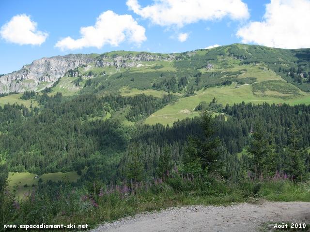 Vue sur le massif de la Roche Parstire, au pied duquel passe l'itinéraire XC n°9