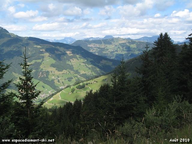 Le Mont Charvin, étêté par les nuages