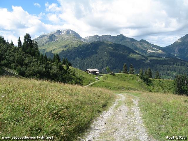 Vue sur le Plateau de Cuvy à droite, dominé par le massif du Grand Mont