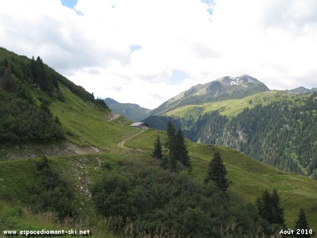 Le chemin se poursuit à flanc de montagne