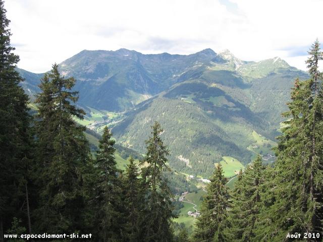 A droite, vue sur le massif du Mirantin culminant à 2460 mètres d'altitude