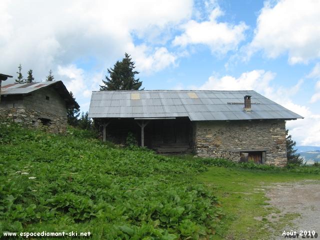 Passage de nouveau à côté d'une vieille ferme