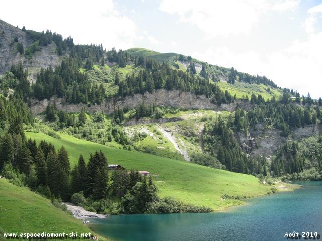 Avec le lac au premier plan