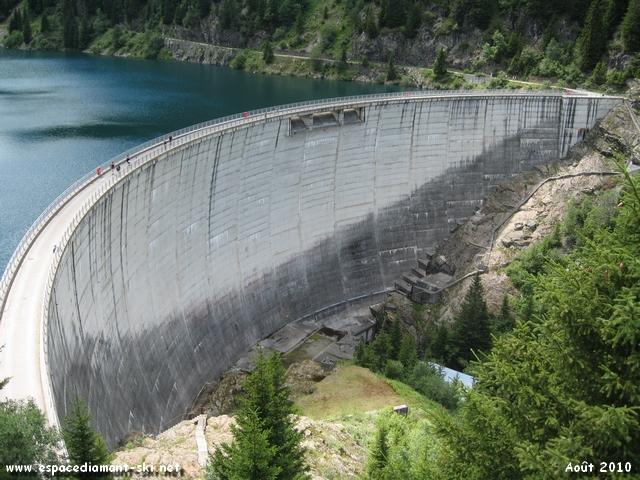 Vue plongeante sur le barrage, de type voûte mince et de 70 mètres de hauteur