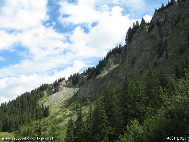 Eperon rocheux culminant à 2108 mètres d'altitude