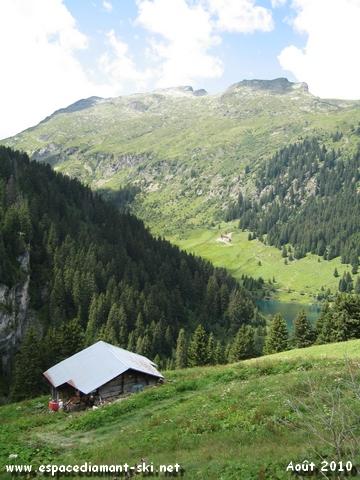 A droite, le massif du Grand Mont