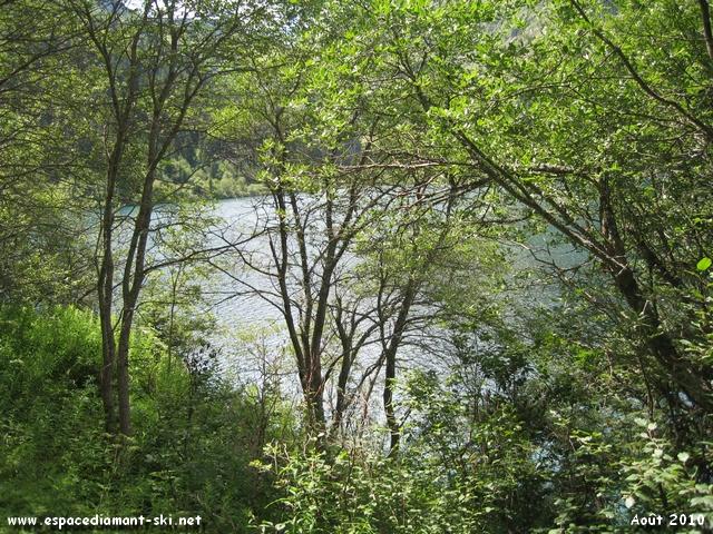 A gauche, vue sur le lac
