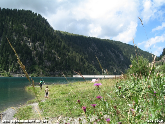 Le barrage, dominé par le massif de la Tête de Cuvy