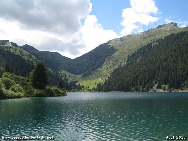 Le lac dominé à droite par le Grand Rognoux, culminant à 2364 mètres d'altitude
