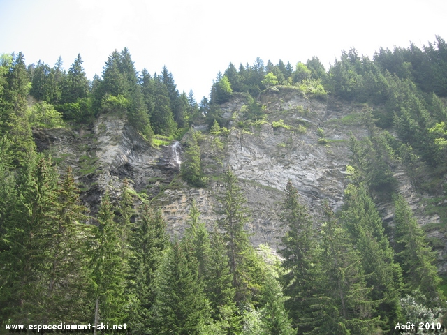 Sapins, rochers et cascade... la montagne à l'état pur !