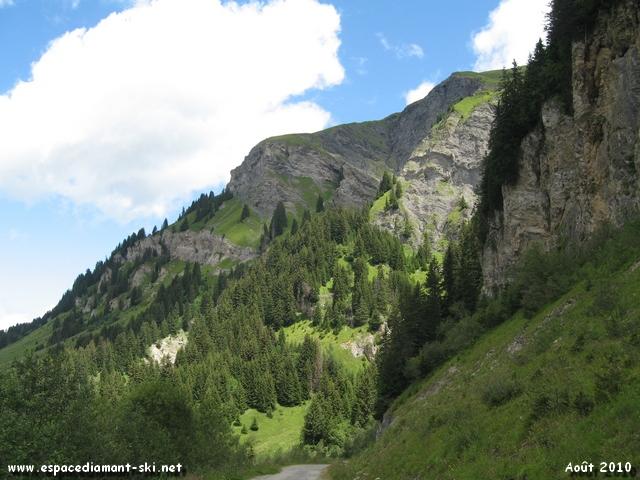 On se retourne : vue sur le massif accidenté du Mont des Acrays, au pied duquel passe notre itinéraire