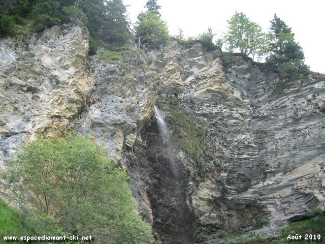 Cascade et barres rocheuses