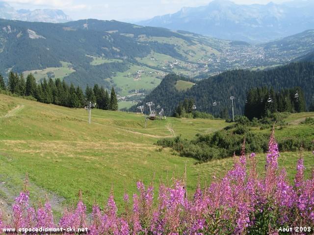Au loin, la vallée et la célèbre station de Megève