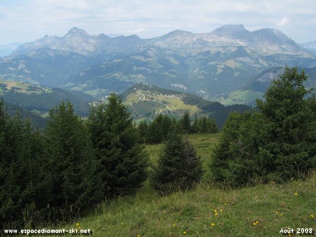 Au loin, le Roc des Evettes avec les Aravis et le Mont Charvin en toile de fond