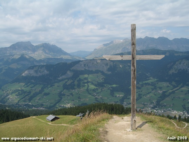 On redescend... La célèbre croix en bois surplombant le Quézet et les pistes du massif