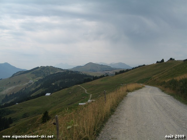 Regard en arrière : vue sur le Col de la Lèzette, notre point de départ, et Bisanne