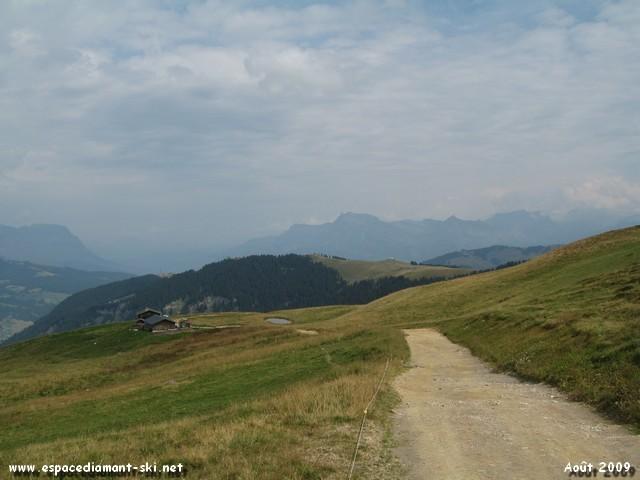 Au loin, les montagnes de Megève : Pré Rosset, l'Alpette et Rochebrune