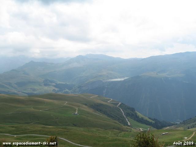 On aperçoit le tracé du Téléphérique EDF menant au barrage de la Girotte