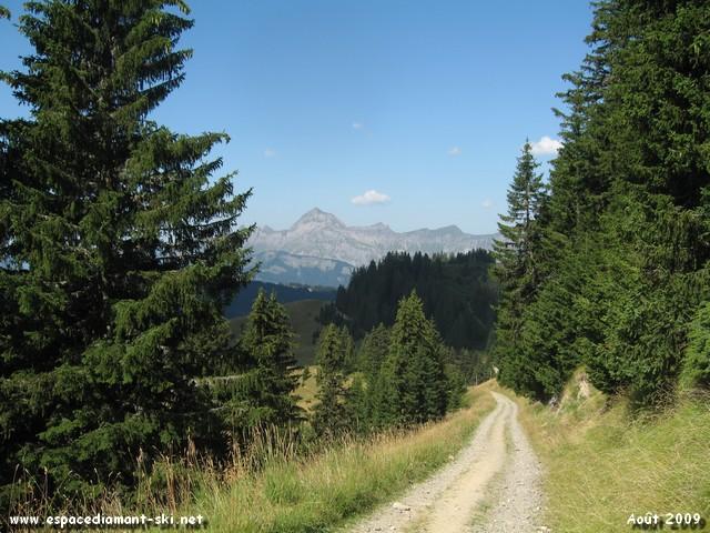 Derrière nous, vue sur le Mont Charvin