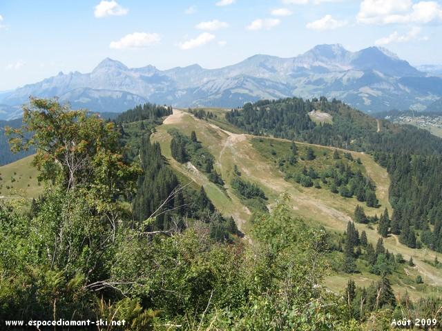 Sur le célèbre piton rocheux, vue sur le Mont Rond et le Mont Charvin