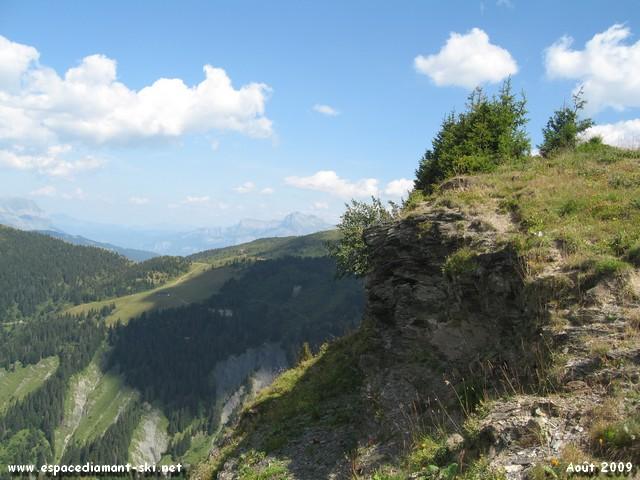 Quelques rochers avec l'Aiguille de Varan en arrière plan