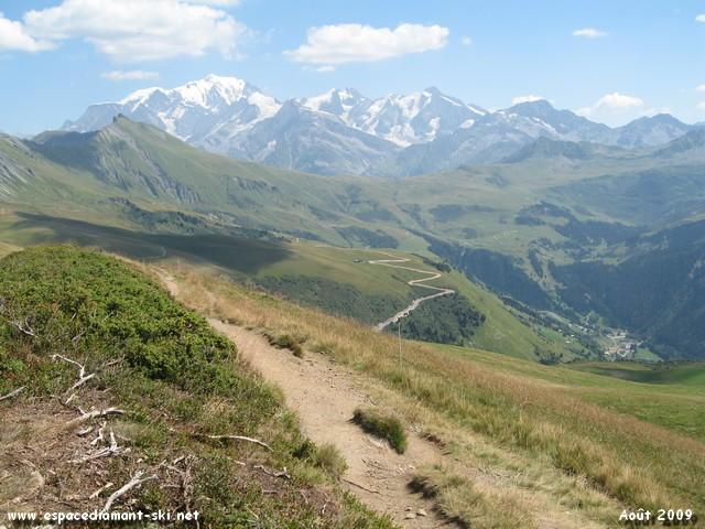 Vue sur les Aiguilles Croches, le Col du Joly, le Mont Blanc et Belleville au fond à droite
