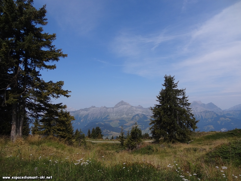 Le Mont Charvin et les Aravis à droite