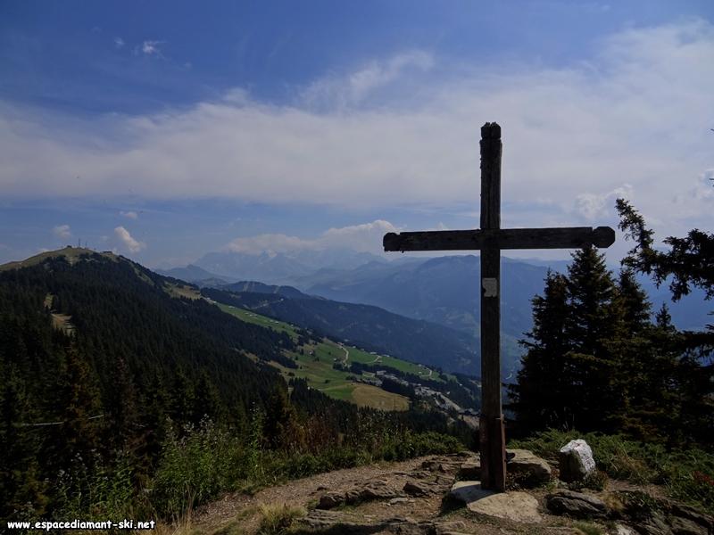 La Croix de Coste, avec le Mont Blanc dans les nuages au loin