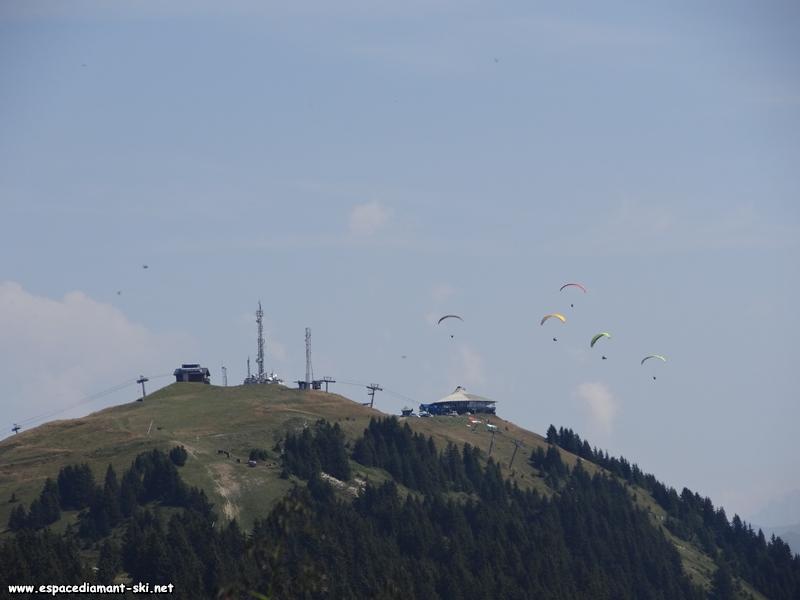 Le sommet de Bisanne et les parapentes qui y décollent, en zoom