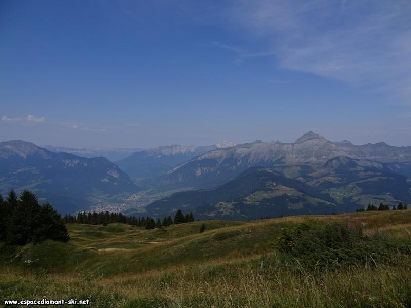 Ugine, encadrée par les massifs des Bauges (à gauche) et des Aravis (à droite)