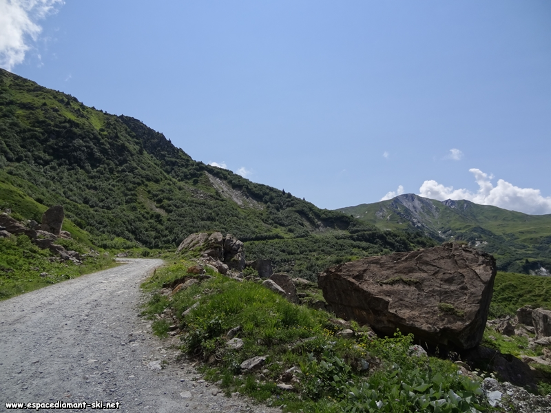 Le chemin se poursuit à flanc de montagne direction le Cormet d'Arêches