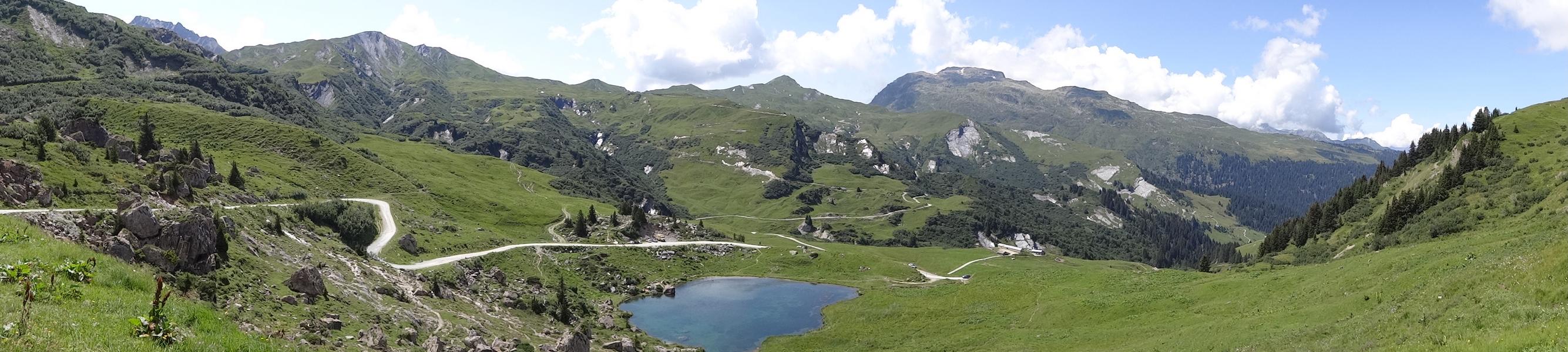 Le lac des Fées avec, de gauche à droite : le Crêt du Boeuf, la Pointe du Riondet et le Grand Mont