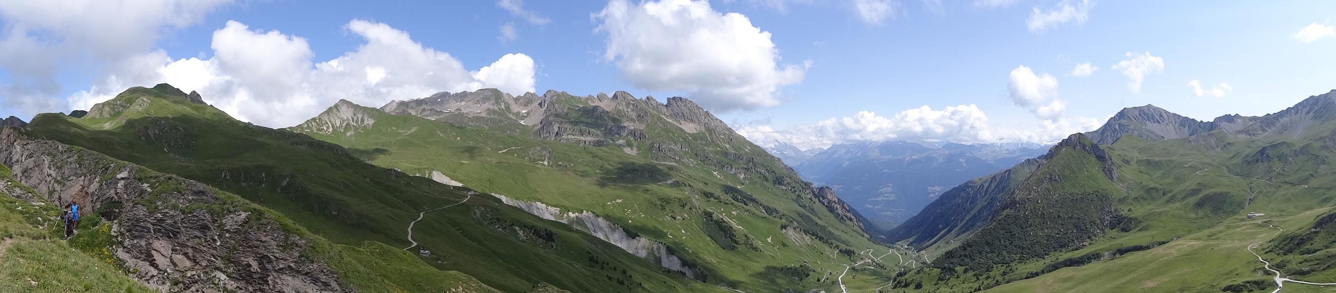 Depuis la Croix du Berger, vue sur la Crête de la Grande Paréi avec la Vallée de la Tarentaise au loin