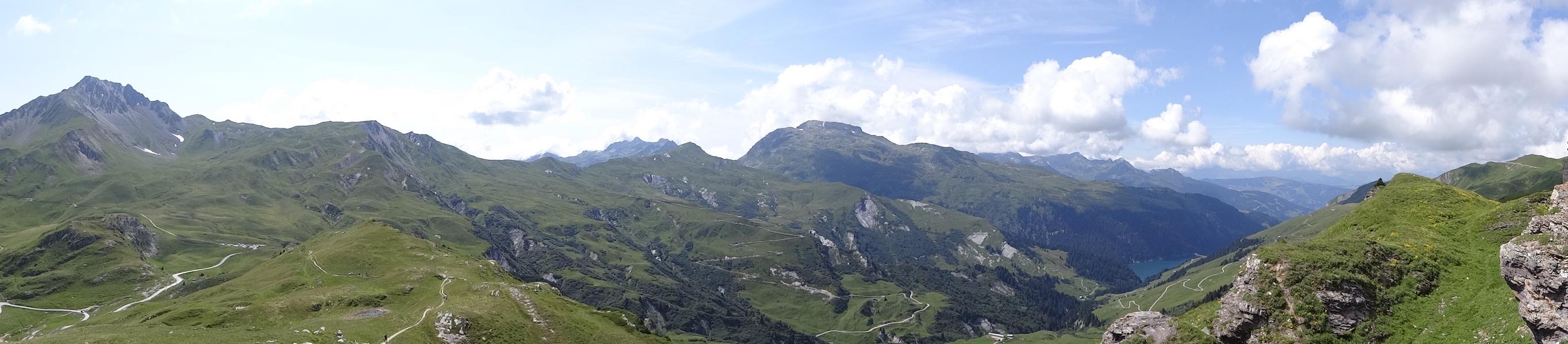 Toujours depuis la Croix du Berger, de gauche à droite : le Crêt du Rey, le Crêt du Boeuf, le Col de Charvetan, la Pointe du Riondet et le Grand Mont