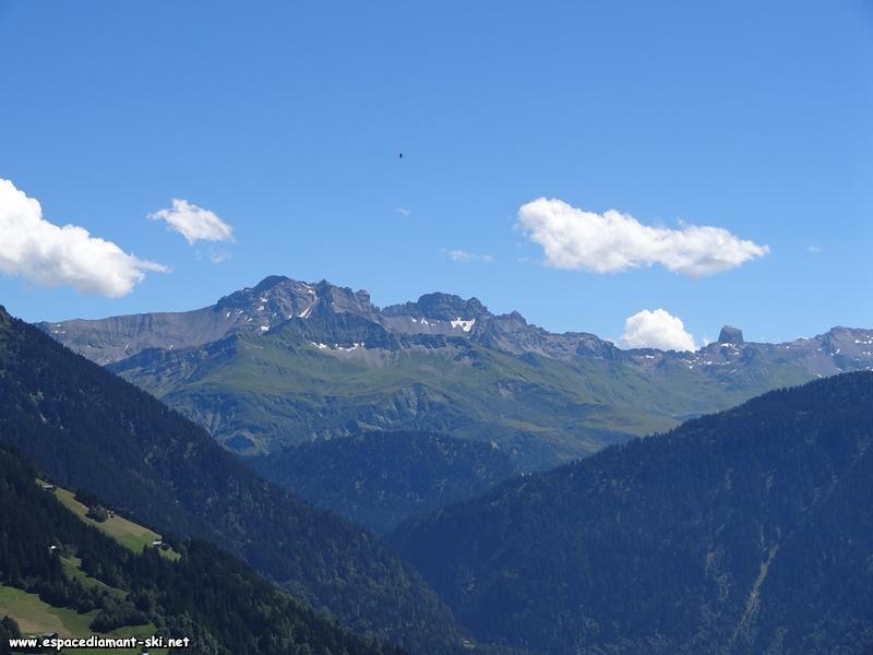 La Petite et la Grande Berge dominant le lac de Roselend caché derrière la montagne