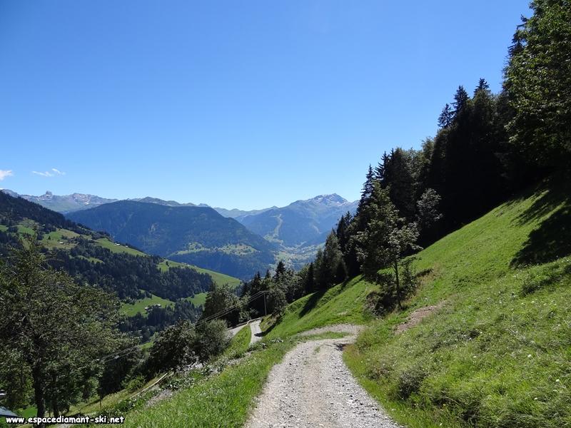 Après ce passage en forêt, vue sur Arêches et le Grand Mont au loin