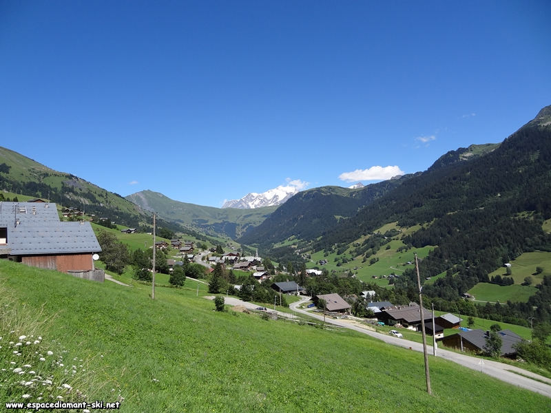 Le village et sa vallée depuis la route départementale 218b