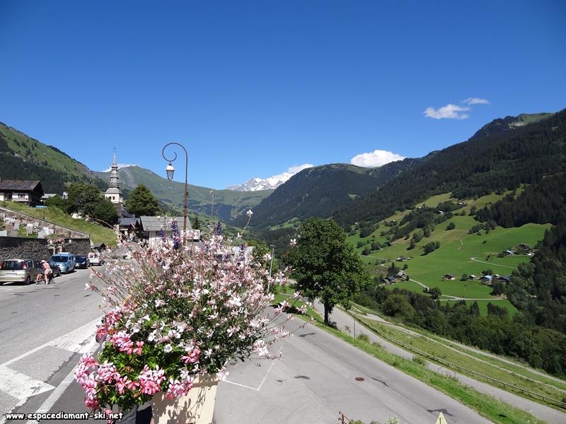Les Aiguilles Croches et le Mont Blanc, au fond de la Vallée d'Hauteluce