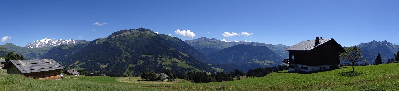 De gauche à droite : les Aiguilles Croches, le Col du Joly, la Chaîne du Mont Blanc, la Montagne d'Outray, l'Aiguille du Grand Fond, la Pierra Menta, le Mirantin