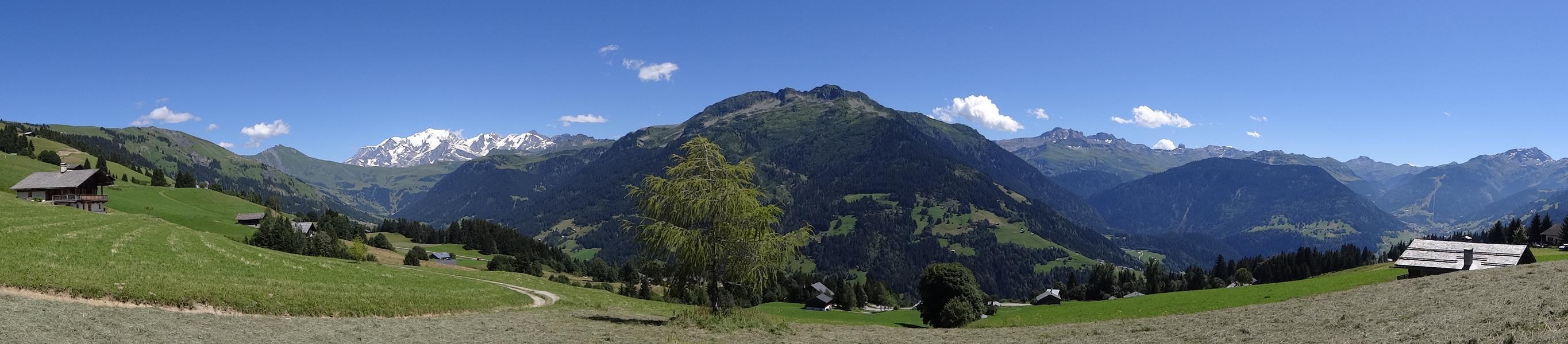 De gauche à droite : le Mont Clocher, les Aiguilles Croches, le Col du Joly, la Chaîne du Mont Blanc, la Montagne d'Outray, l'Aiguille du Grand Fond, la Pierra Menta, Arêches et le Grand Mont